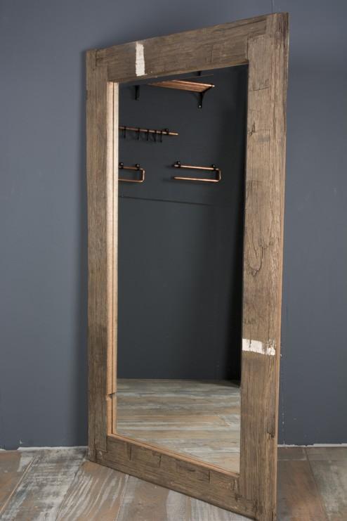 Spiegel met robuuste houten lijst for Houten spiegel